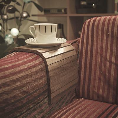 Bandeja de madera para el sofá