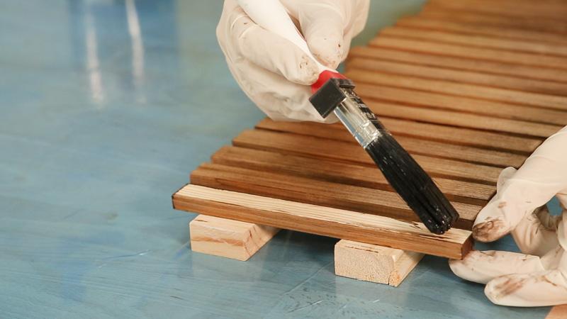 Barnizado de todos los listones de madera