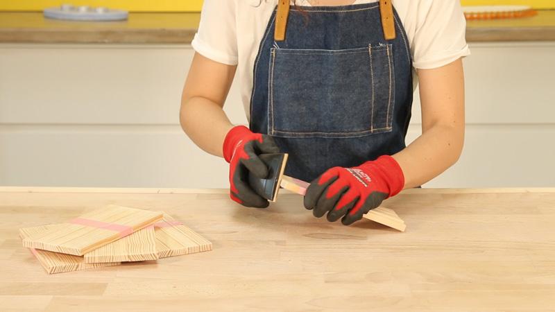 Lijado manual de las piezas de madera