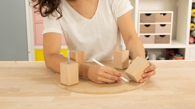 Perforación de la madera para colocar posteriormente las cuatro patas del taburete redondo
