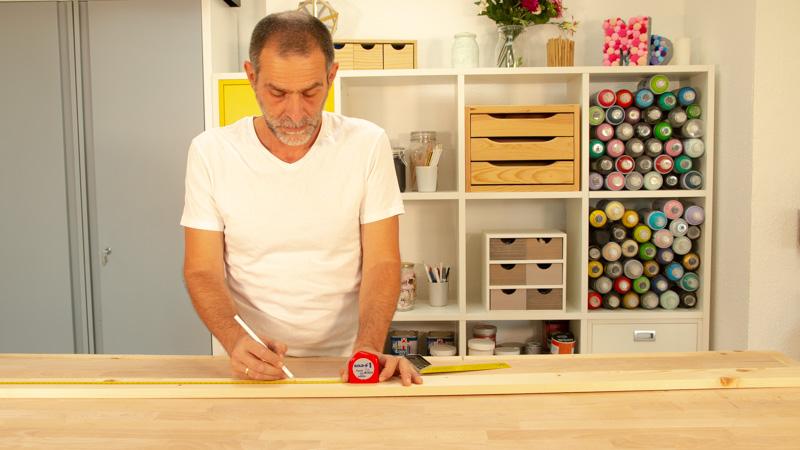 Preparación de los listones de madera para hacer el mueble para colgar notas