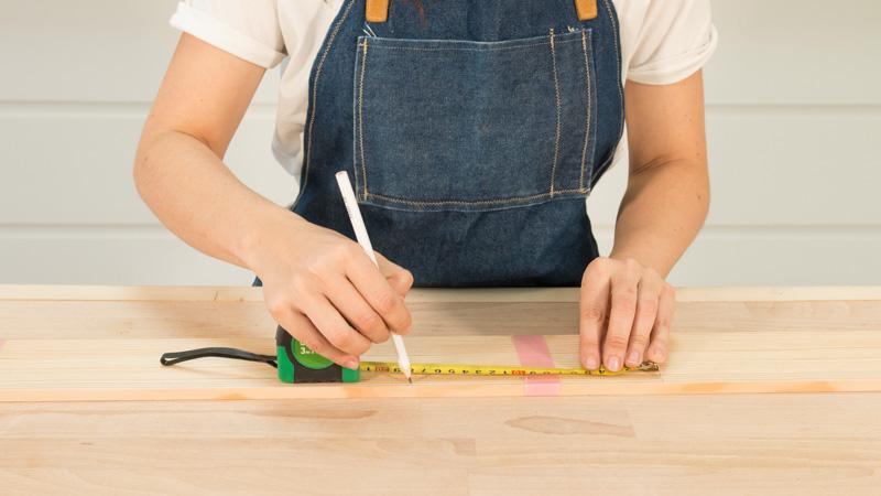 Medición de la madera que formará la bandeja para sofá
