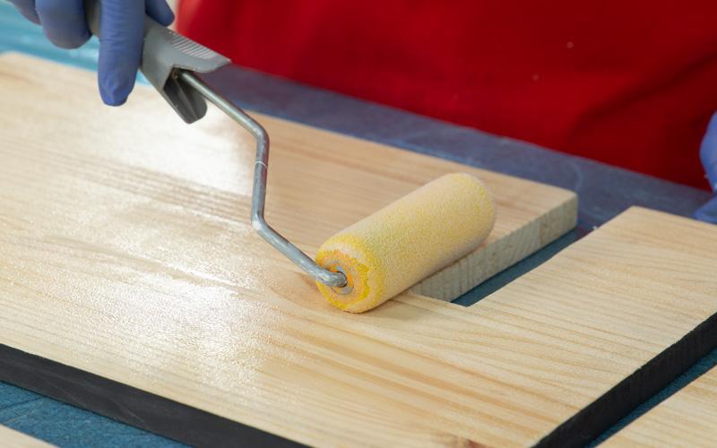 Aplicación de barniz sobre la madera