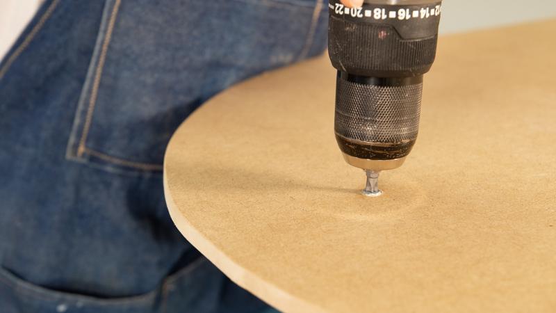 Atornillado del listón circular a la estructura de la mesa