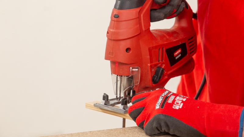Cortado de las piezas de madera con la sierra de calar