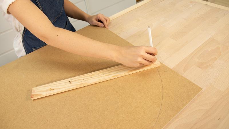 Marcado de los bordes redondeados de la mesa baja con macetero