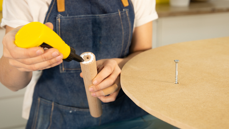 Encolado de la parte superior del listón circular de madera
