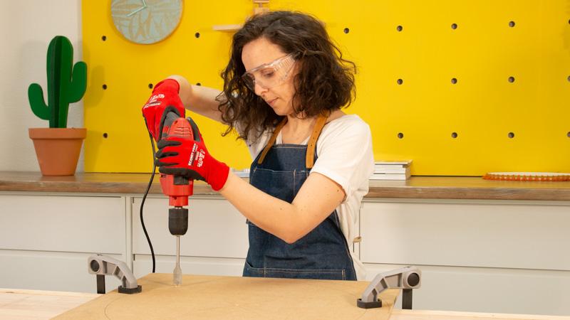 Perforación con un taladro para facilitar el corte