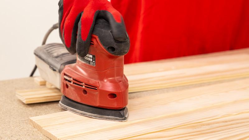 Lijado de las piezas de madera del organizador de herramientas