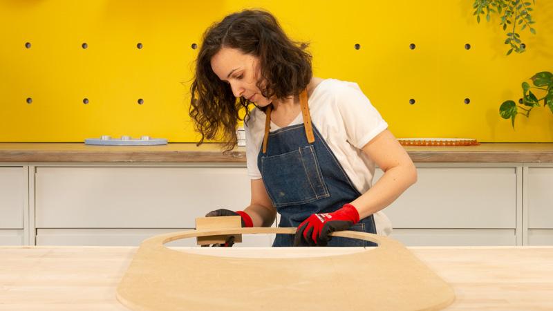 Lijado de la tabla ovalada de madera