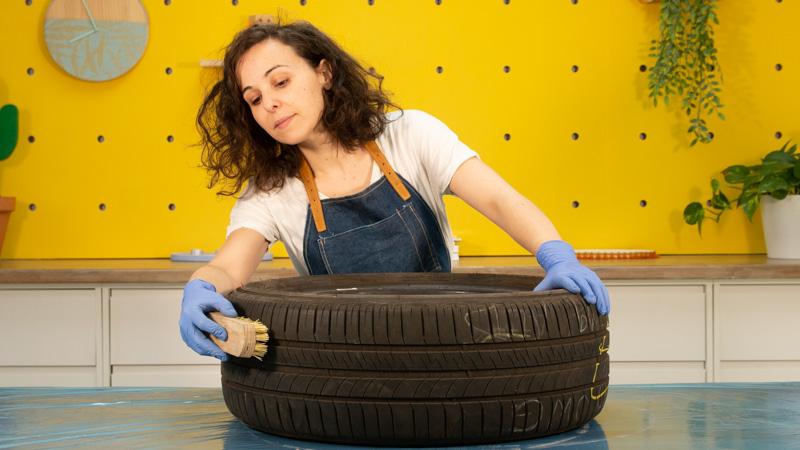 Limpieza del neumático con un cepillo de cerdas duras