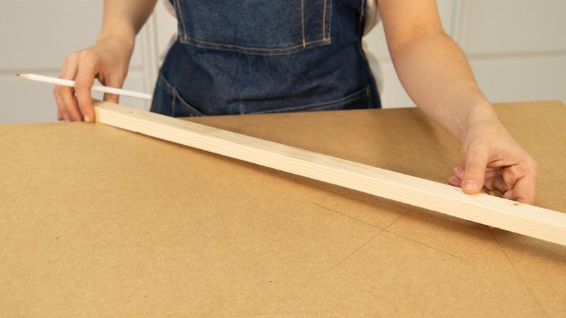 Medición de los centros de ambas partes de la mesa baja con macetero