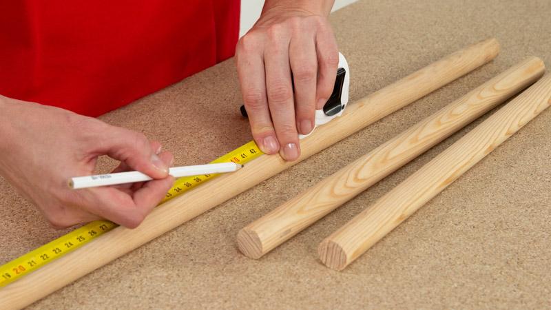 Medición de los listones de madera para determinar la longitud de las patas