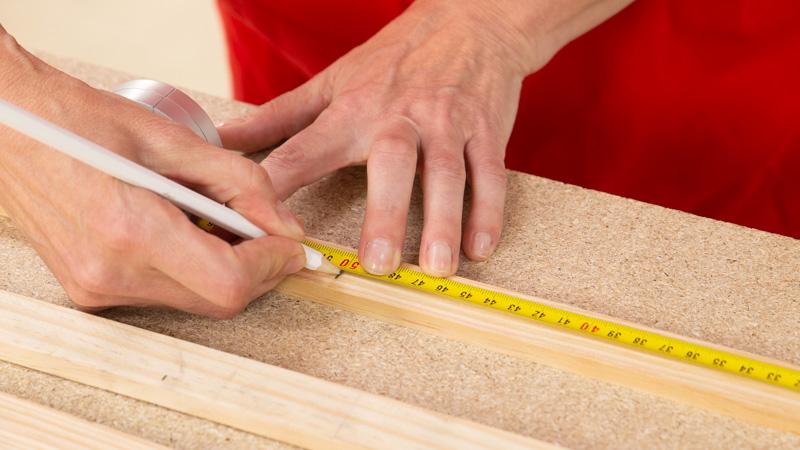 Medición de las piezas de madera para el organizador de herramientas