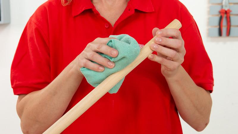 Limpieza del polvo de las patas con ayuda de un paño