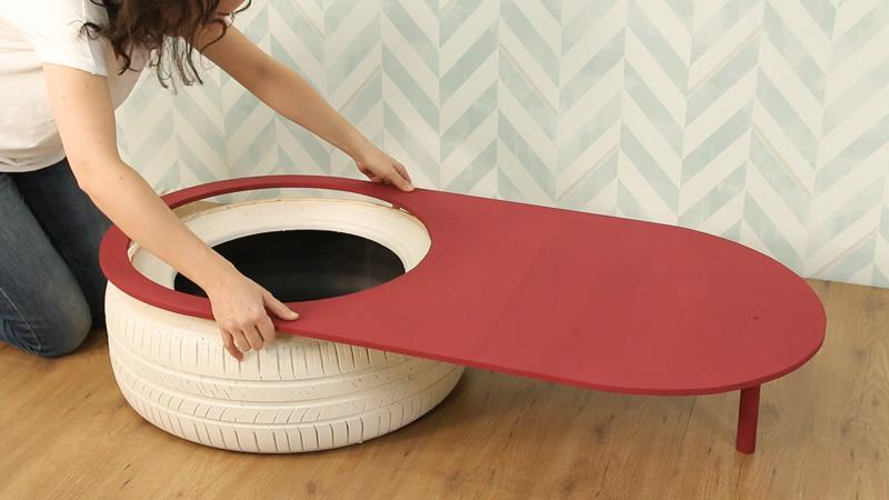 Colocación de la tabla de madera sobre el neumático