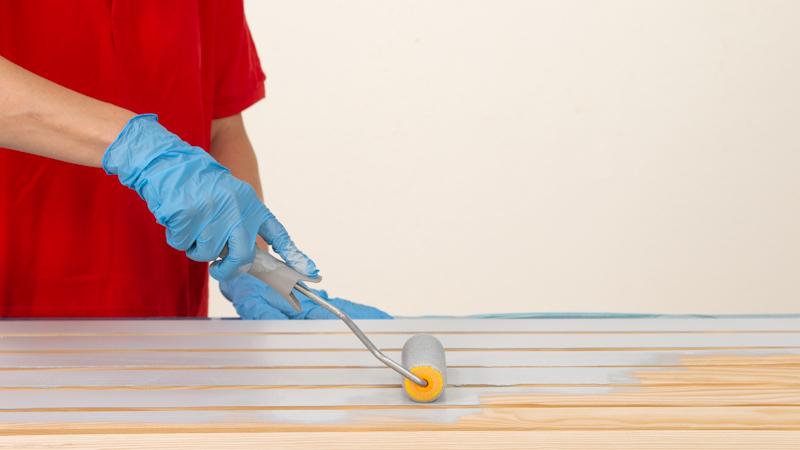 Aplicación de pintura sobre la madera del organizador de herramientas