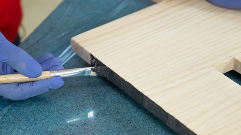 Aplicación de pintura en los bordes de la madera