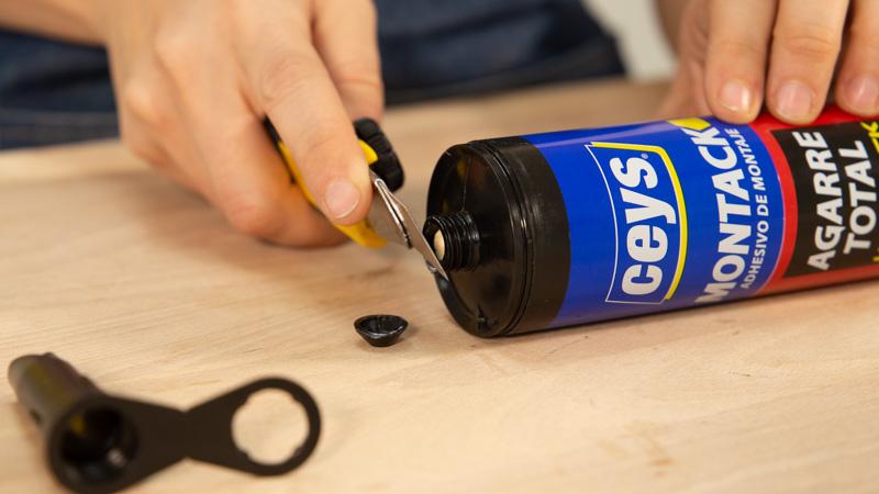 Apertura del envase del adhesivo de montaje