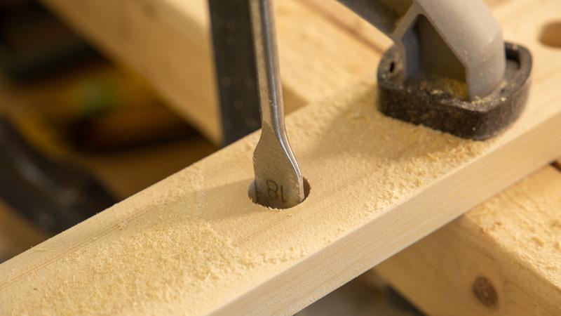 Perforación de los agujeros para los colgadores del perchero con una broca de pala