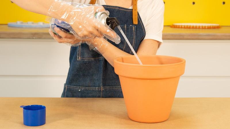 Aplicación de espuma de poliuretano dentro de una maceta.