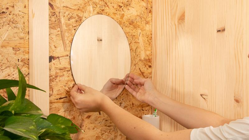 Espejo adherido a la pared con adhesivo de montaje