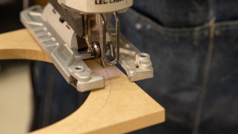 Cortado de las piezas de madera con sierra de calar