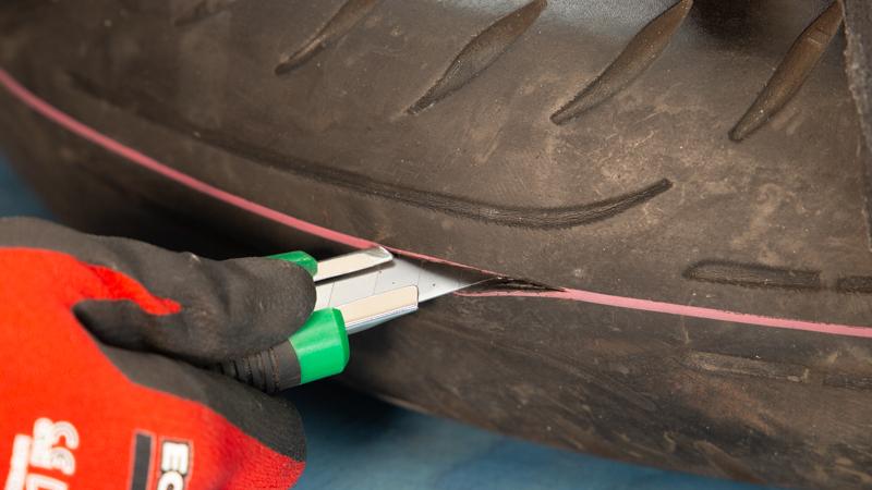 Cortado del neumático con un cutter