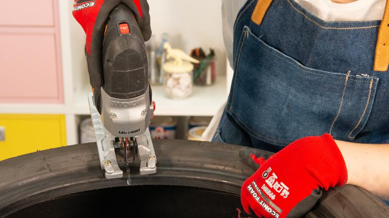 Corte vertical en el neumático con la sierra de calar