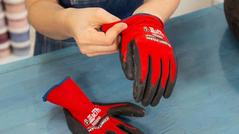 Protección de las manos antes de cortar el neumático