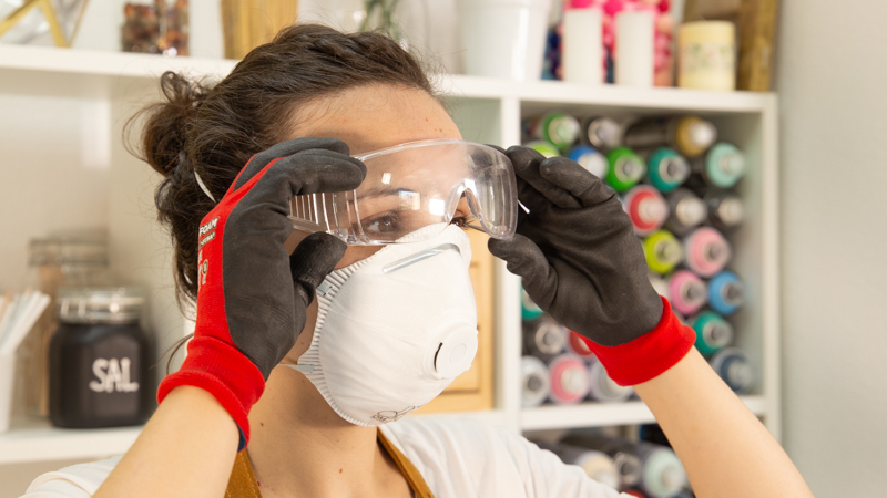 Protección con gafas y mascarilla