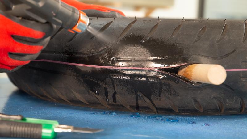 Mojado del neumático y del corte