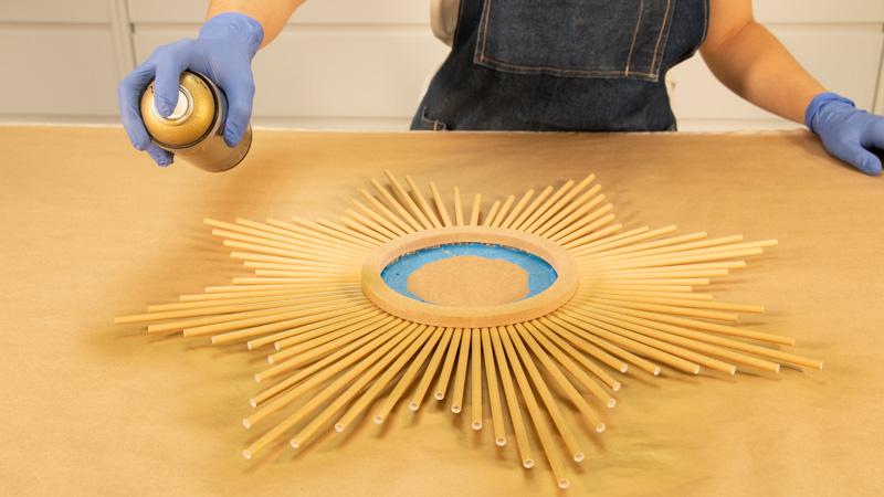 Aplicación de pintura sobre el espejo en forma de sol