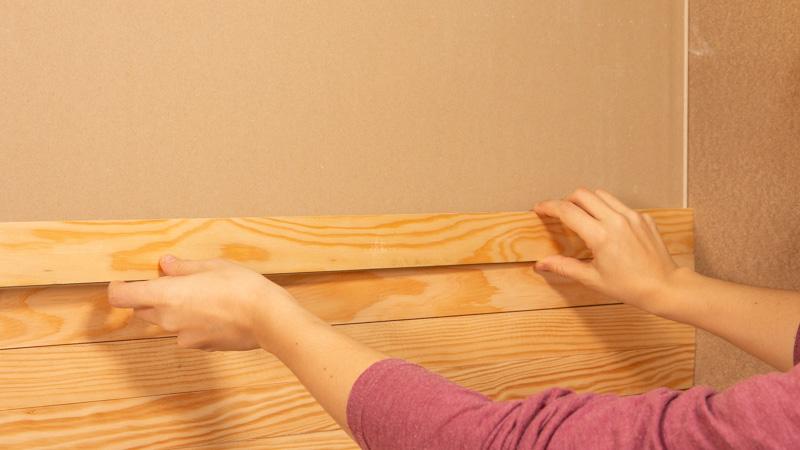 Pegado de friso a la pared con adhesivo de montaje