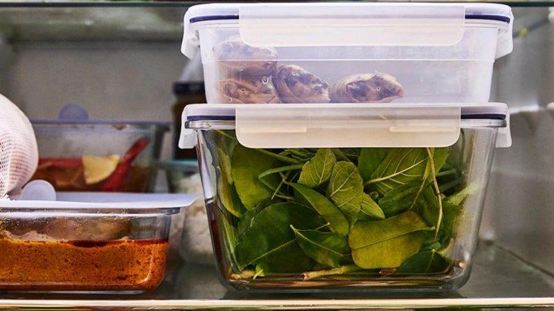 Contenedores de vidrio transparentes con comida a la vista