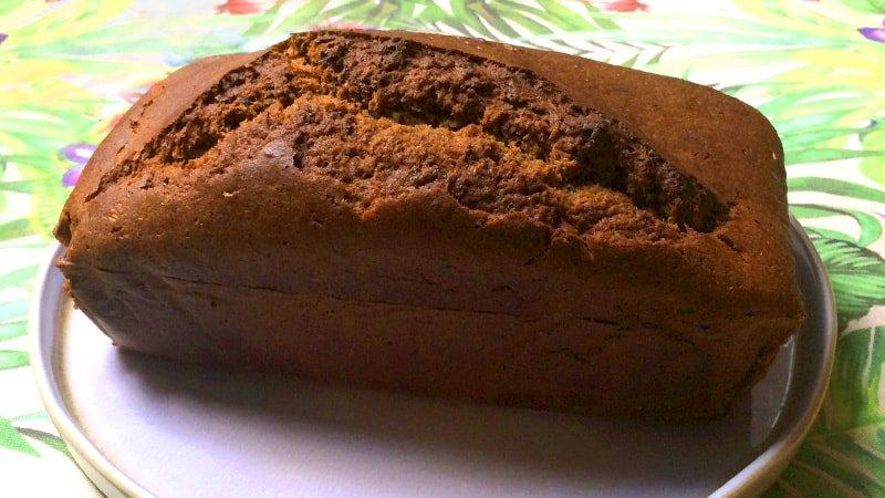 Pan de plátano entero terminado fuera del molde y en un plato