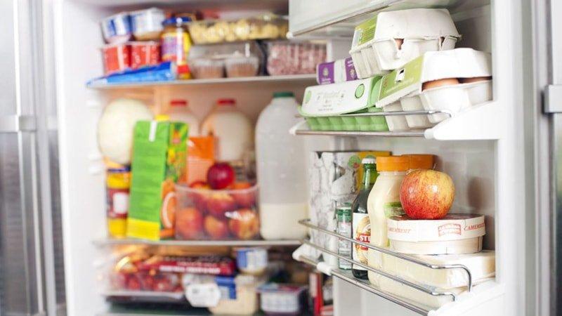 Interior de frigorífico desorganizado y demasiado lleno