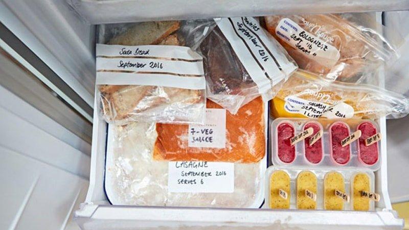 Alimentos en el congelador etiquetados correctamente