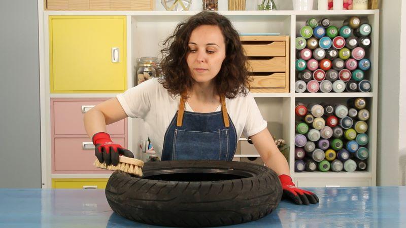 Limpieza de la goma del neumático con un cepillo