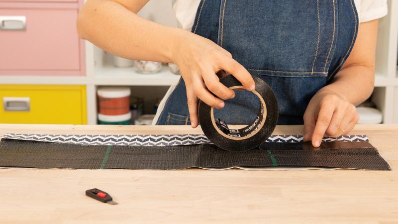 Aplicación de cinta impermeabilizante en la unión de la tela geotextil y la tela de loneta