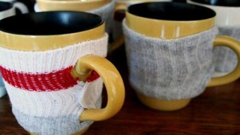 Cubre tazas con calcetín
