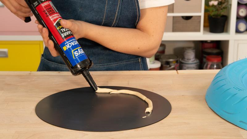 Aplicación de adhesivo de montaje para pegar el espejo sobre la madera