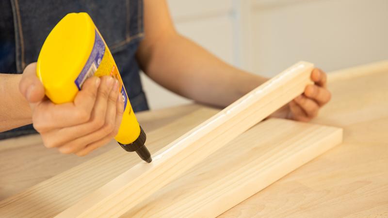 Aplicación de cola blanca sobre la madera
