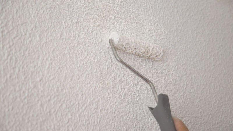 Aplicación de pintura sobre la pared de gotelé