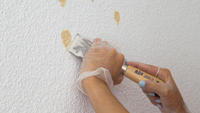 Rascado de manchas de pintura en el gotelé