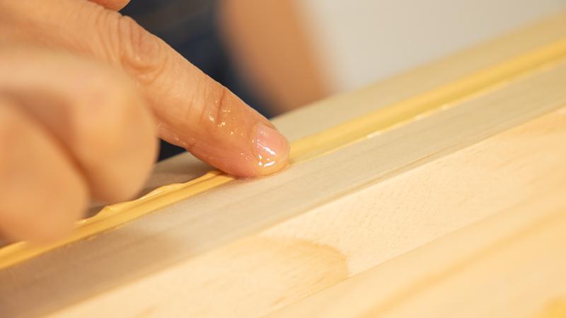 Paso del dedo sobre el sellador para alisar la superficie