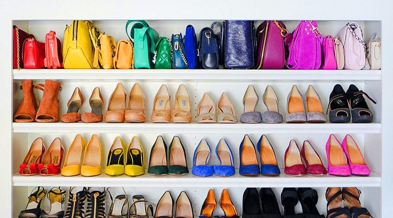 Zapatos ordenados por colores