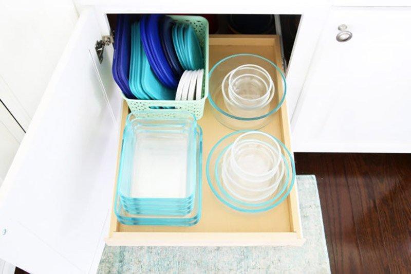Bandeja extraíble de armario de cocina con tuppers de vidrio y sus tapas ordenados