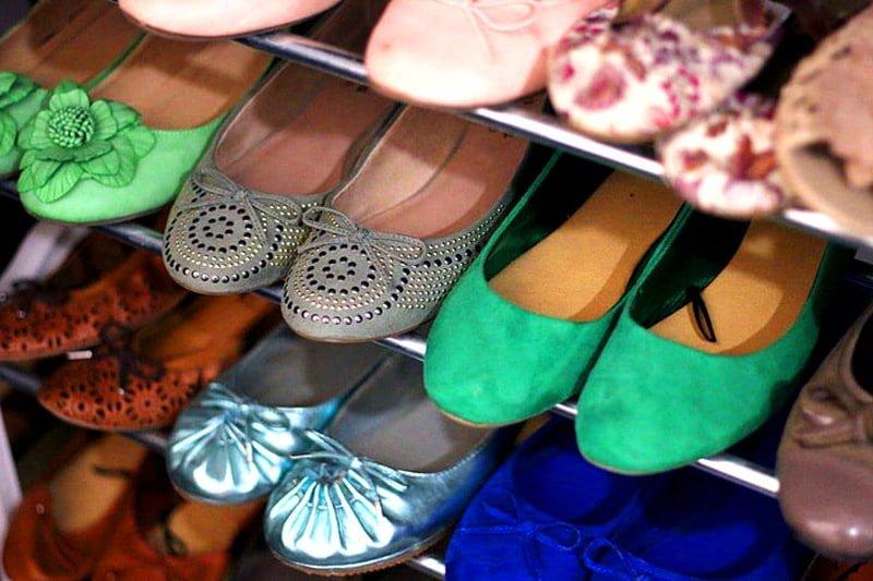 Zapatos colocados en baldas metálicas