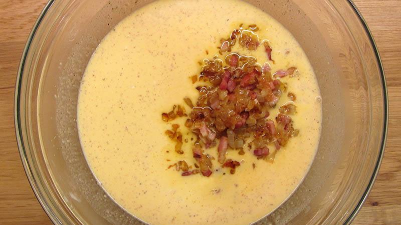 Relleno líquido de la quiche con bacon y cebolla sofrito